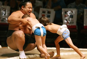 Two-young-boys-push-a-professional-sumo-wrestler-out-5521388